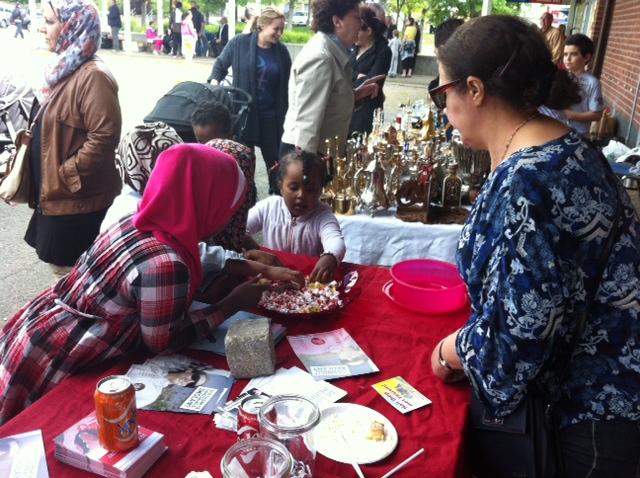 Fahimeh hade fullt upp att dela ut sötsaker till förbipasserande.
